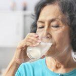 latte, anziani, donna
